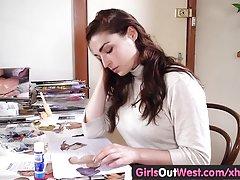 Djevojke na zapadu - Prsata amaterski igračke joj dlakav pička