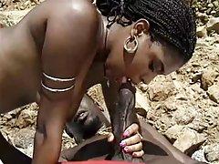 Crna milf sa dlakavom pickicom uživati bbc na plaži
