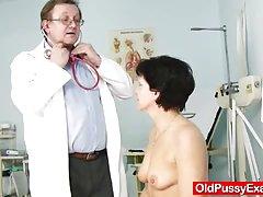Neobrijan kućanica eva posjeta gyno doktor kurac rupa inspekcije
